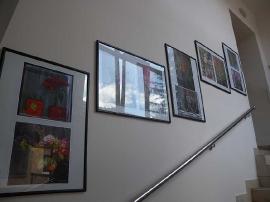 Otvorenje izložbe fotografija, Iza stakla